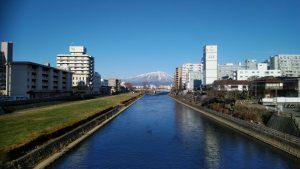 冬の北上川と岩手山