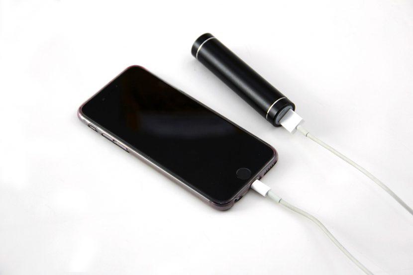 リチウムイオン電池を内蔵したスマホと加熱式電子タバコを充電