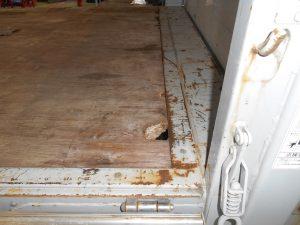 クレーン車荷台左後方損傷箇所施工前